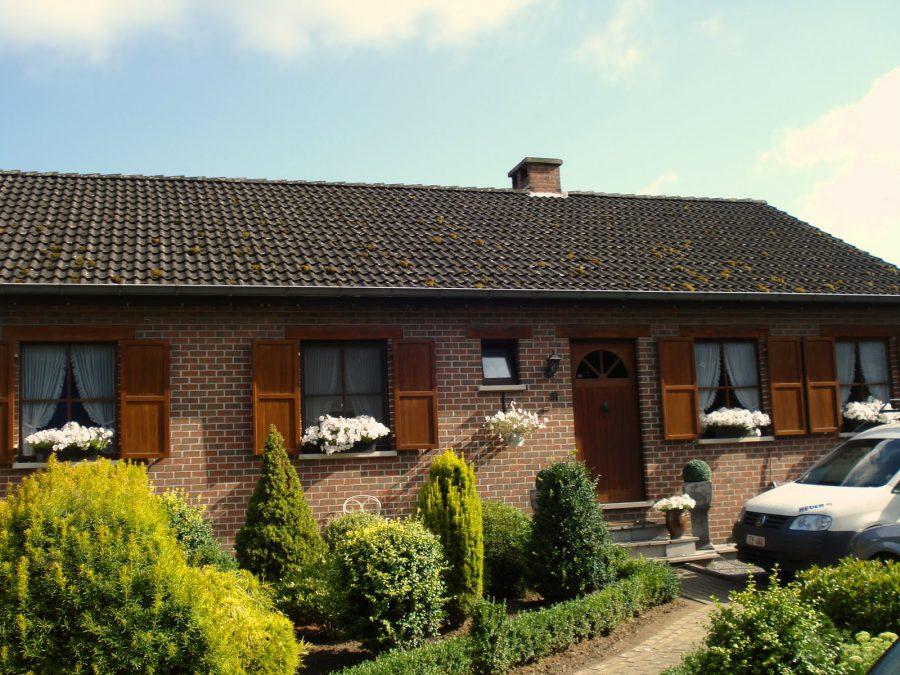 Casă belgiană cu flori la ferestre in Werchter