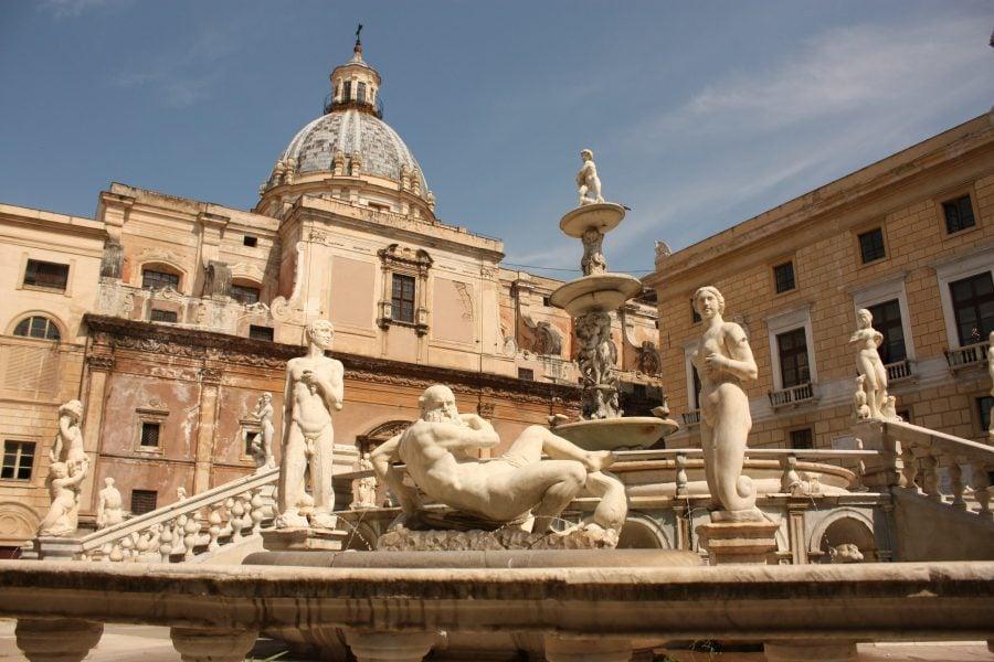 Fântână cu statui în Palermo
