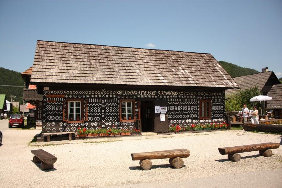 Casă tradițională în centru Cicmany, satul slovac cu case pictate