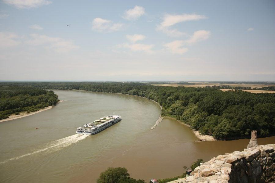 Priveliște din castelul Devin de lângă Bratislava către Dunare cu vaporașul