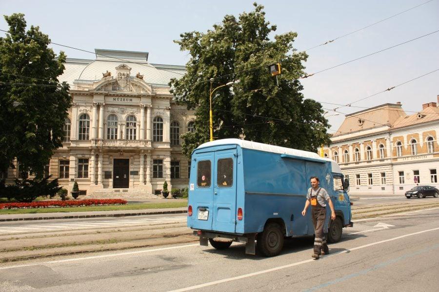 Dubă albastră și clădirea muzeului în Kosice, Slovacia