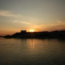 Dunarea și Castelul Bratislava la apus de soare
