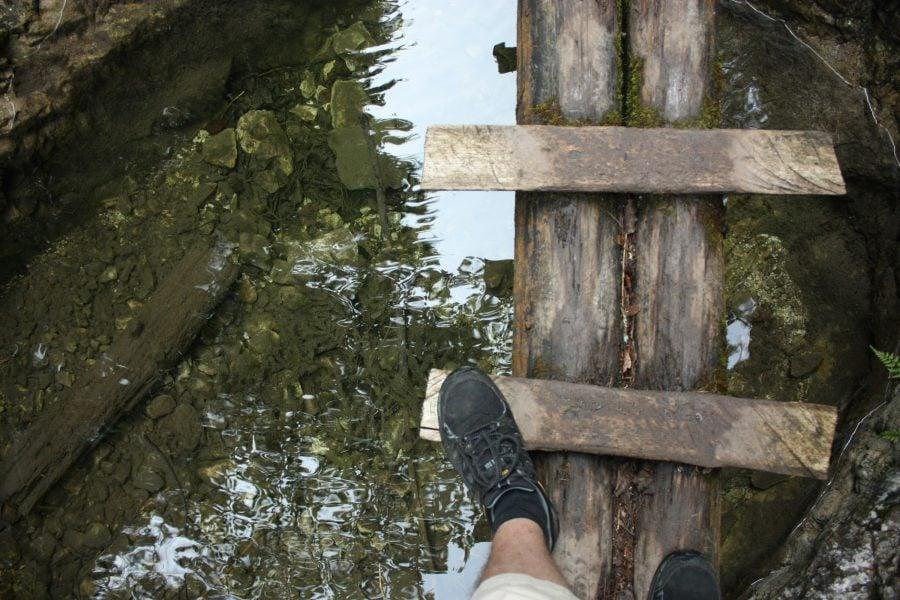 Podeț de lemn în traseul Sucha Bla din Slovensky Raj, Slovacia