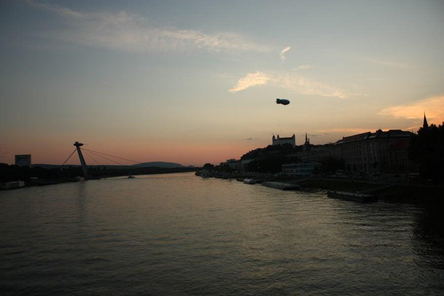 Plimbare cu zepelinul la apus, vedere de pe Podul Vechi, Bratislava, Slovacia