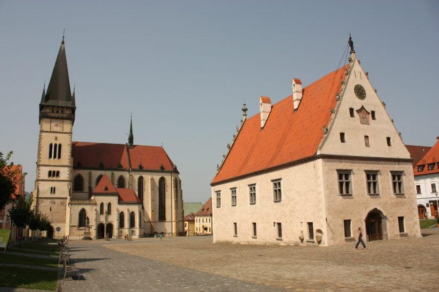 Primăria și catedrala în piața centrală din Bardejov