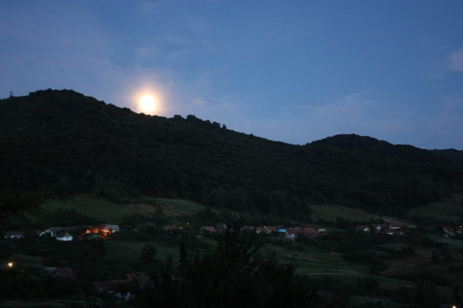 Răsare luna peste sat, Banatul Montan, România