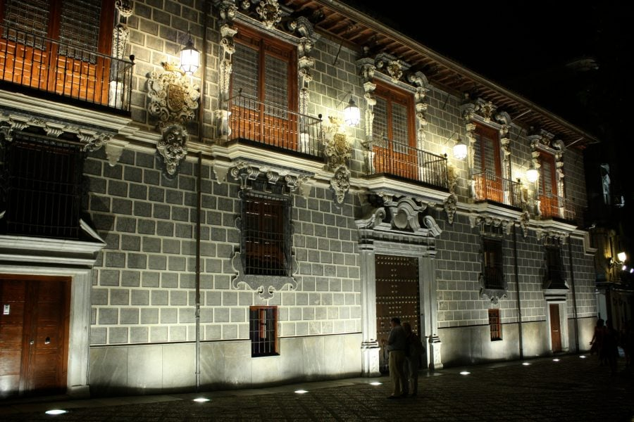 Casa cu balcoane luminata noaptea in Granada, Spania