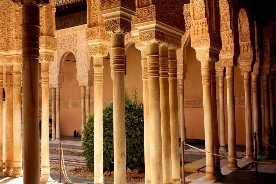 Coloane lângă Curtea Leilor, Palatul Nasrid, Alhambra, Granada, Spania