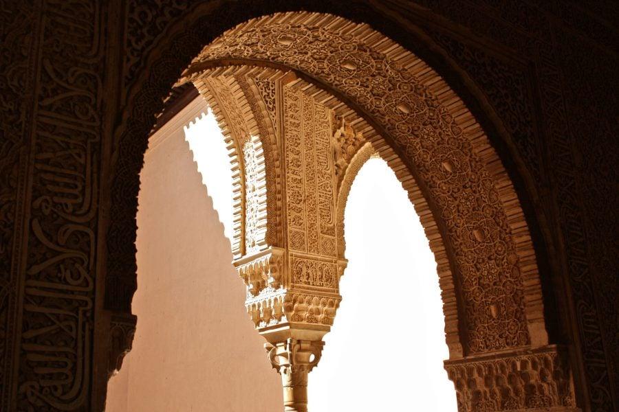 Detalii arcadă și coloană, din Mexuar, palatul Nasrid, Alhambra, Granada, Spania