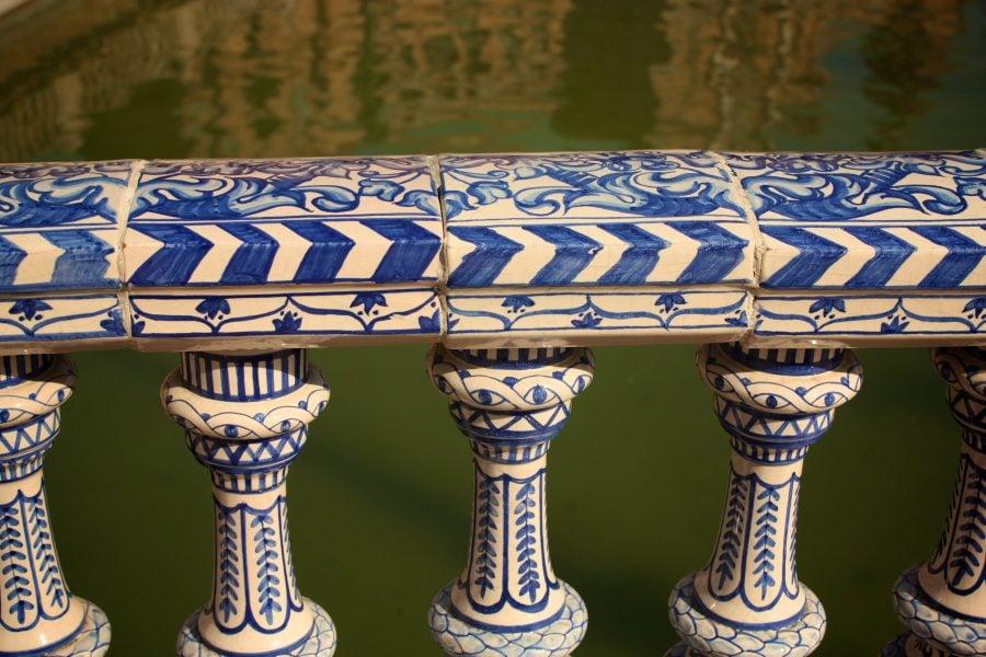 Detaliu balustradă pod, ceramică albă pictată cu albastru, Piața Spania