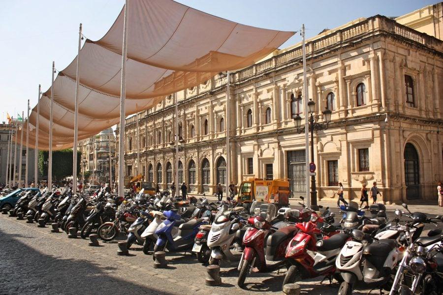 Parcare de scutere într-o piață din Sevilia