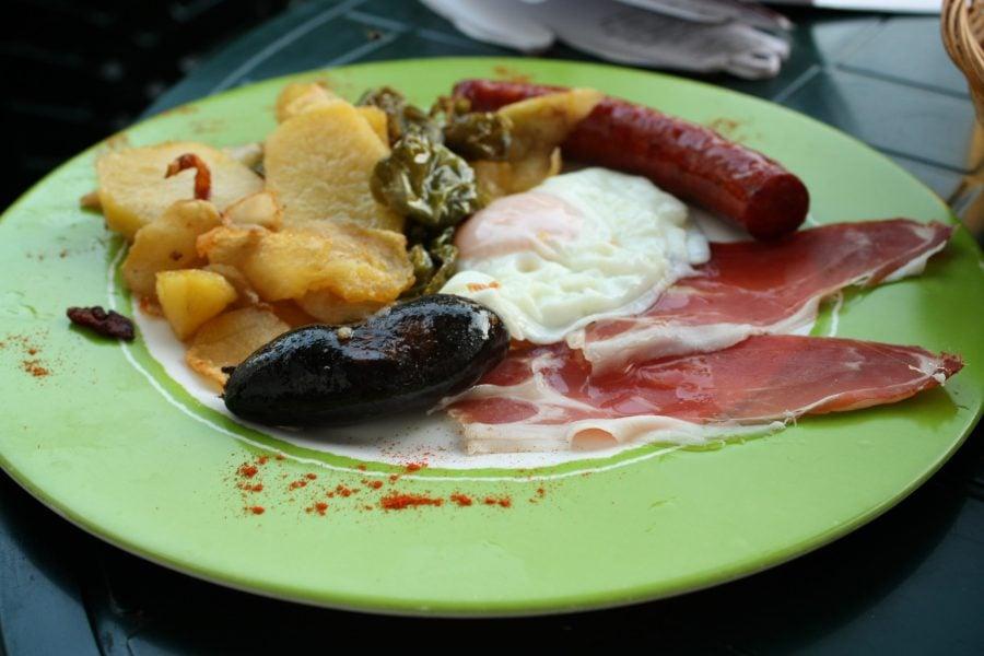 Plato alpujareno, mâncare tradițională din Alpujarras, Sierra Nevada, Spania