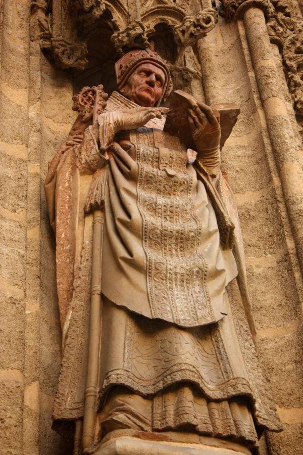 Statuie religioasă pe zidurile unei biserici din Sevilia