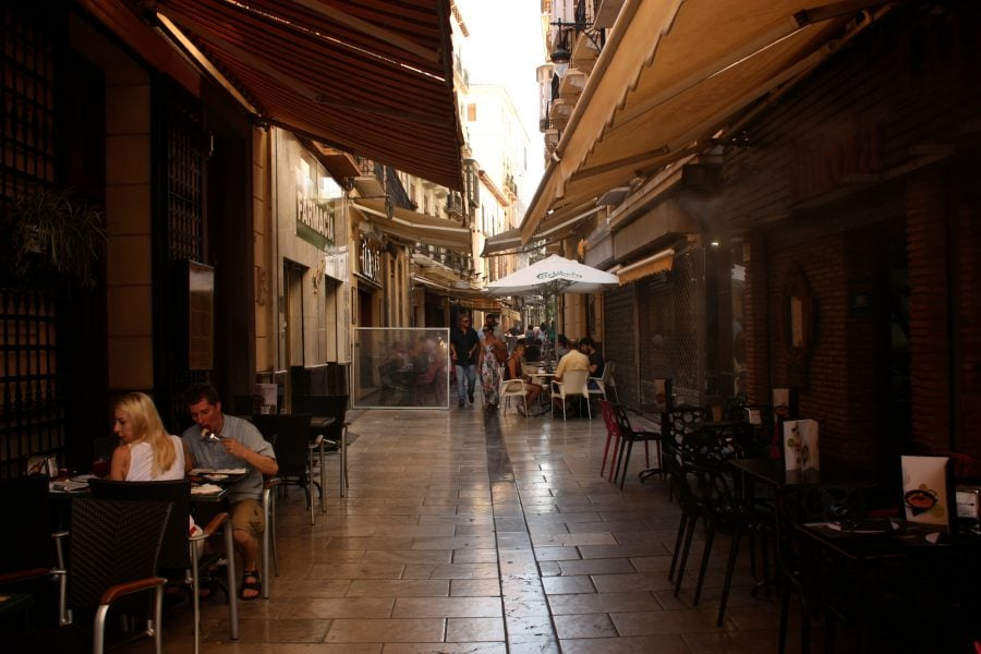 Stradă cu terase si baruri de tapas in centrul Granadei, Andalusia, Spania
