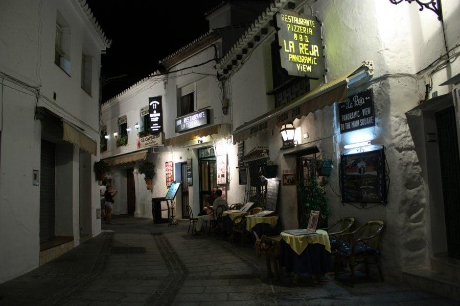 Stradă din Mijas, seara, Costa del Sol, Spania
