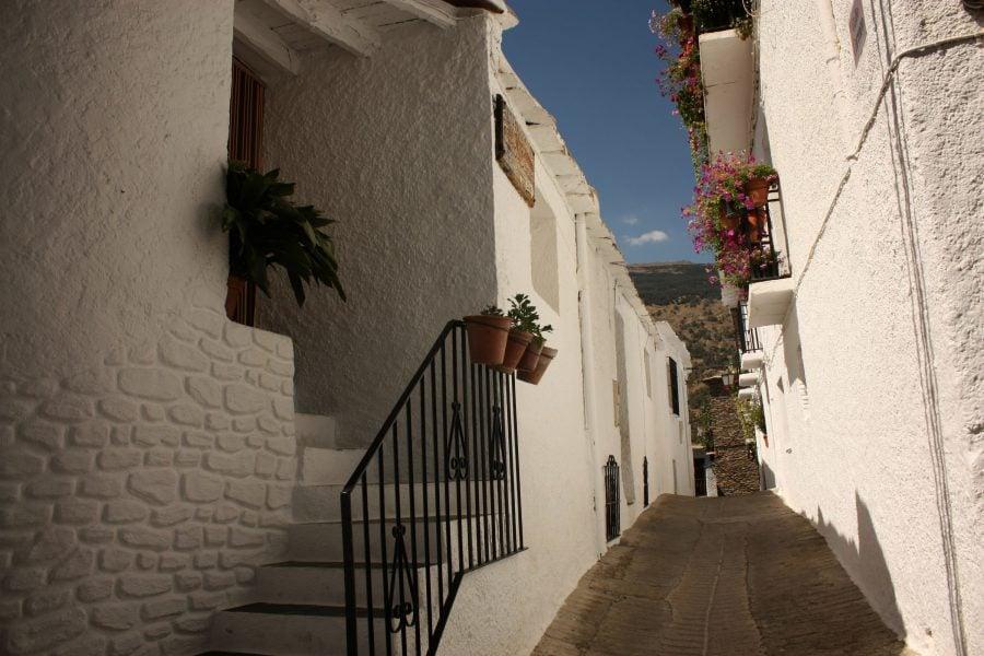 Stradă din satul Capileira, Alpujarra, Sierra Nevada, Andalusia, Spania