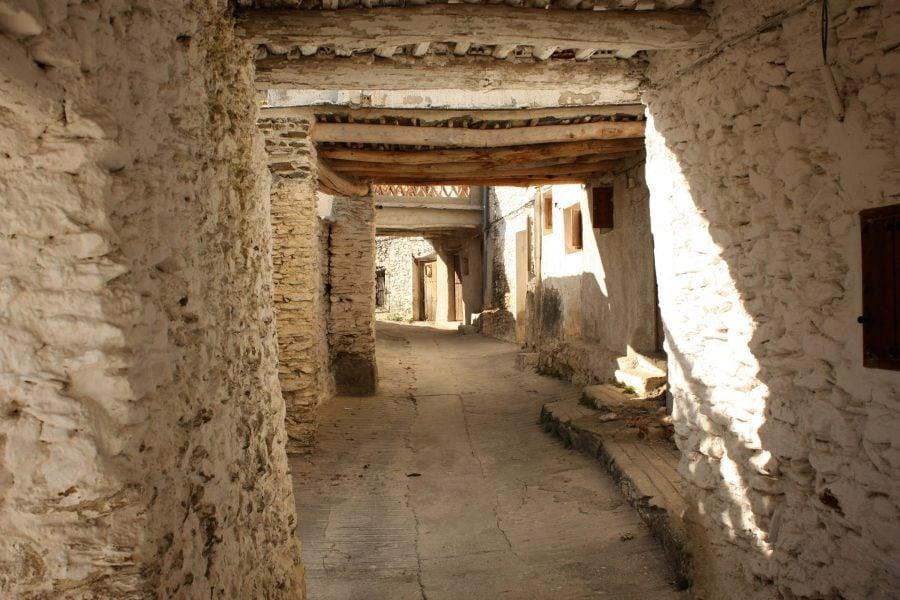 O stradă tipică din Capileira, zona Alpujarra, Sierra Nevada, Andalusia, Spania