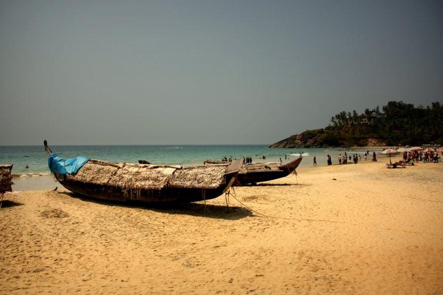 Bărci de pescari pe plaja din Kovalam, Kerala, India