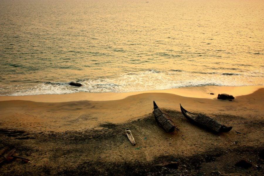 Bărcile pescarilor din Vizhinjam, Kovalam, Kerala, India