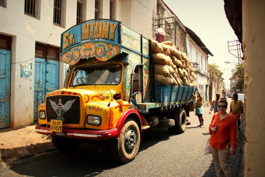 Camion colorat încărcat cu mirodenii (saci de ghimbir) în Fort Kochi (Fort Cochin), Kerala, India
