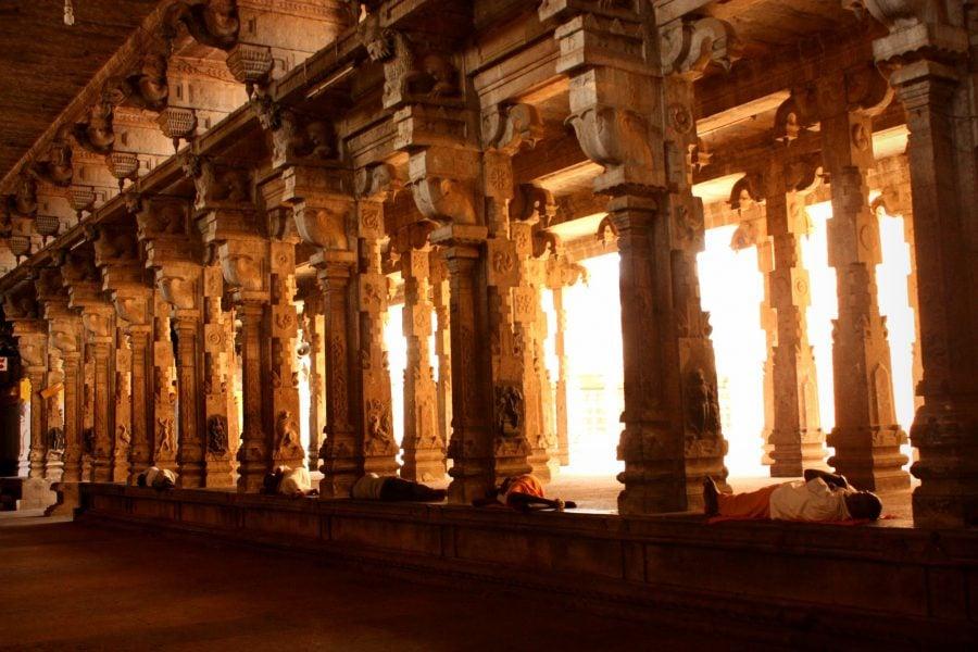 Coloane sculptate in templul indian din Trichy, sudul Indiei