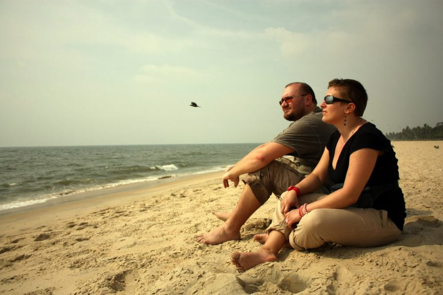 Cristi și Adriana pe plaja din Allepey (Alappuzha), Kerala, India