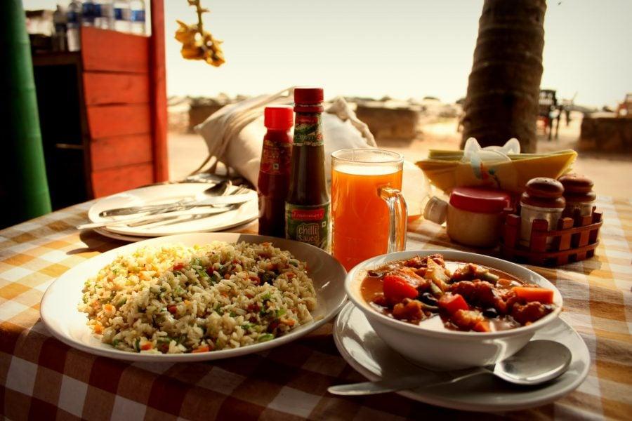 Curry cu legume și orez prăjit la restaurantul Paella, Varkala, Kerala, India