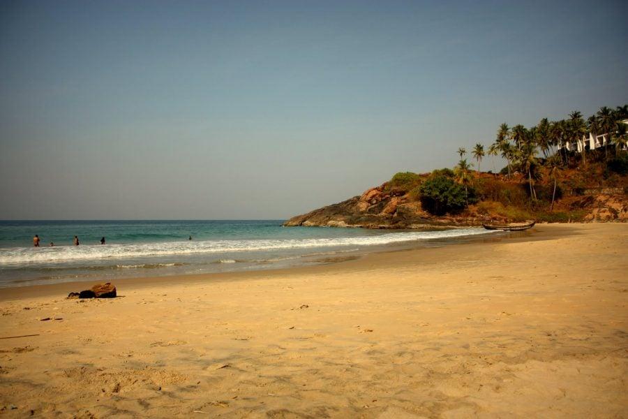 Frumoasa plaja din Kovalam, nisip fin și apă caldă, Kerala, India