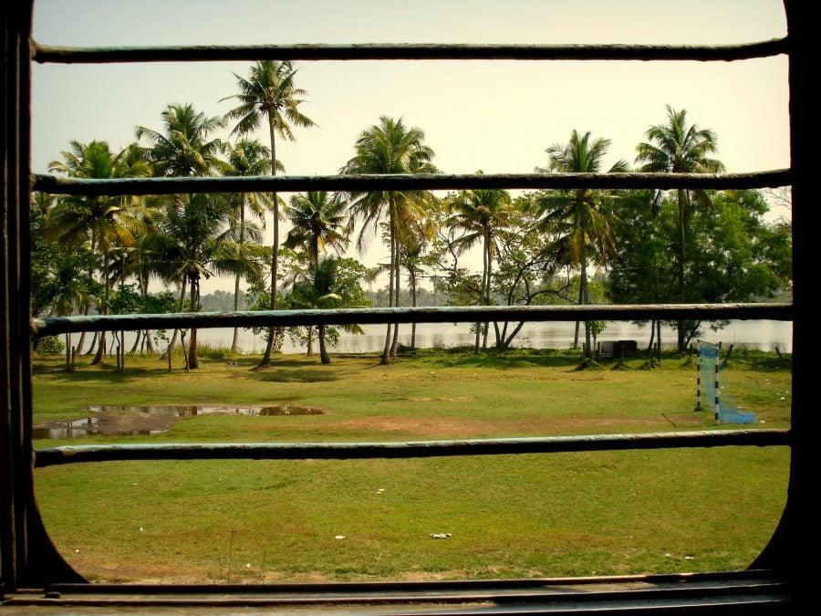 Gratii la ferestrele trenului dintre Ernakulam și Allepey, Sleeper Class, India
