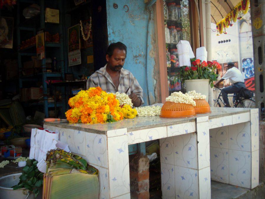 Meserii în India: meșter și vânzator de ghirlande de flori, Kerala