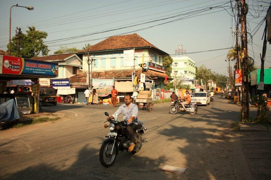 Motociclete pe străzile din Allepey, India