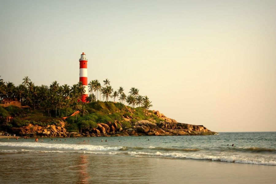 Plaja și far în Kovalam, Kerala, India