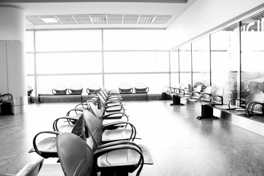 Sala de așteptare în aeroportul Letiste Ruzyne din Praga