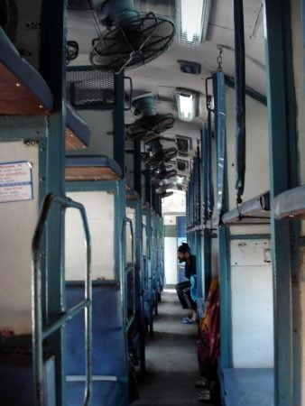 Sistem de ventilare într-un tren indian Sleeper Class