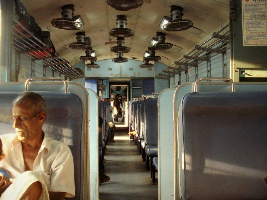 Sistem de ventilare simplu și eficient în tren indian. 31 de ventilatoare în tavan, Kerala, India