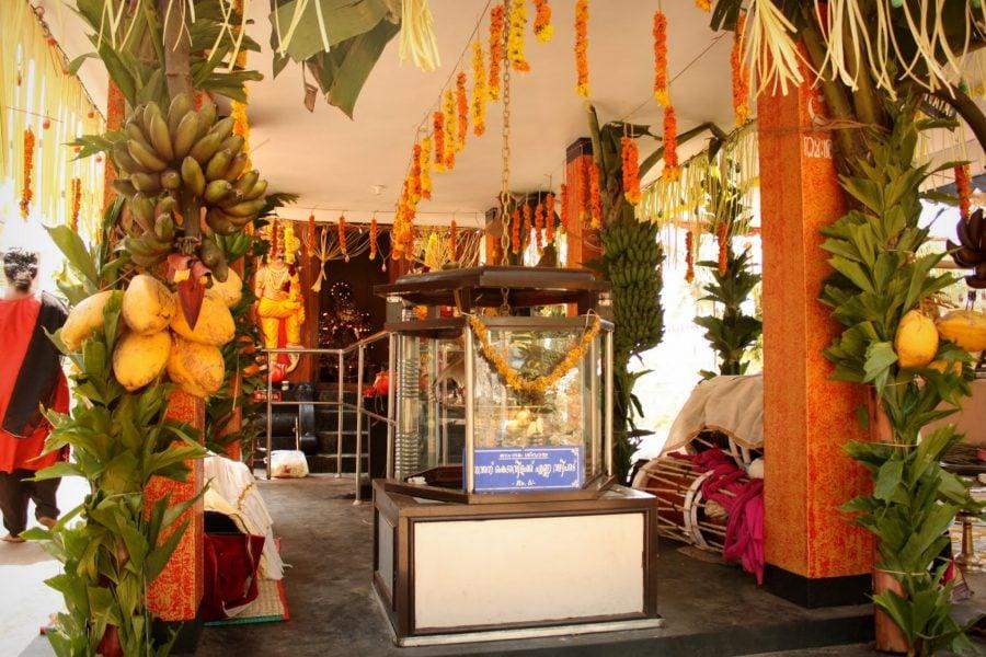 Templu și ofrande, flori și fructe, pe plaja din Kovalam, Kerala, India