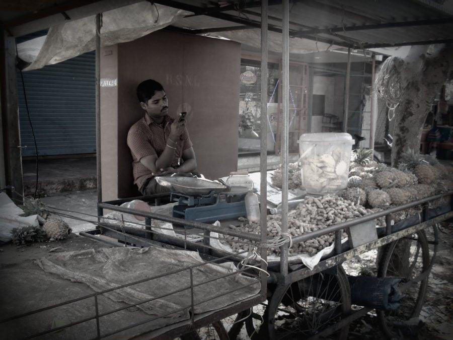 Vânzător de fructe în Kerala, India