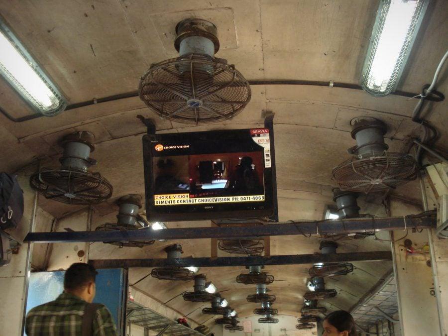 Ventilatoare și televizor în tren indian, Kerala, India