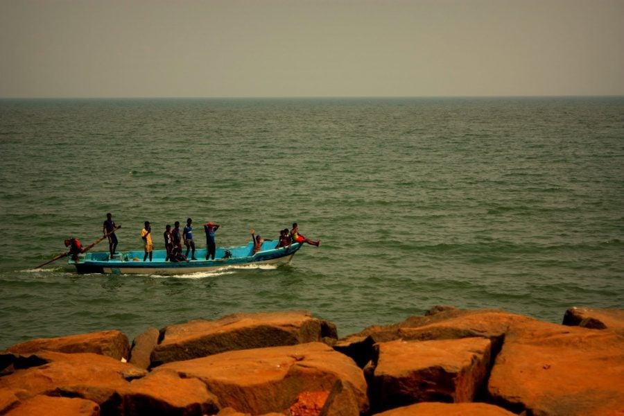 Barcă cu indieni aproape de țărm, Pondicherry (Puducherry), Tamil Nadu, India
