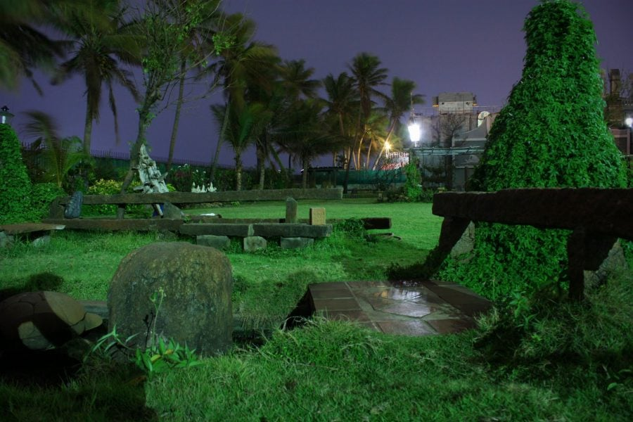 Grădina ashramului din Park Guest House noaptea, Pondicherry (Puducherry), Tamil Nadu, India