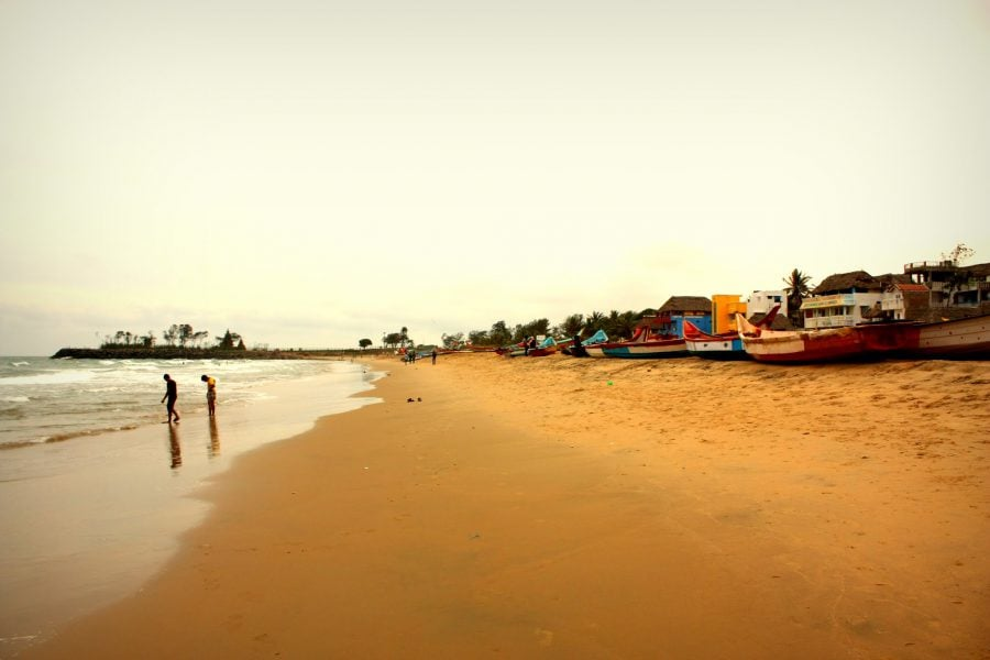 Plaja cu nisip portocaliu din Mamallapuram, Tamil Nadu, India