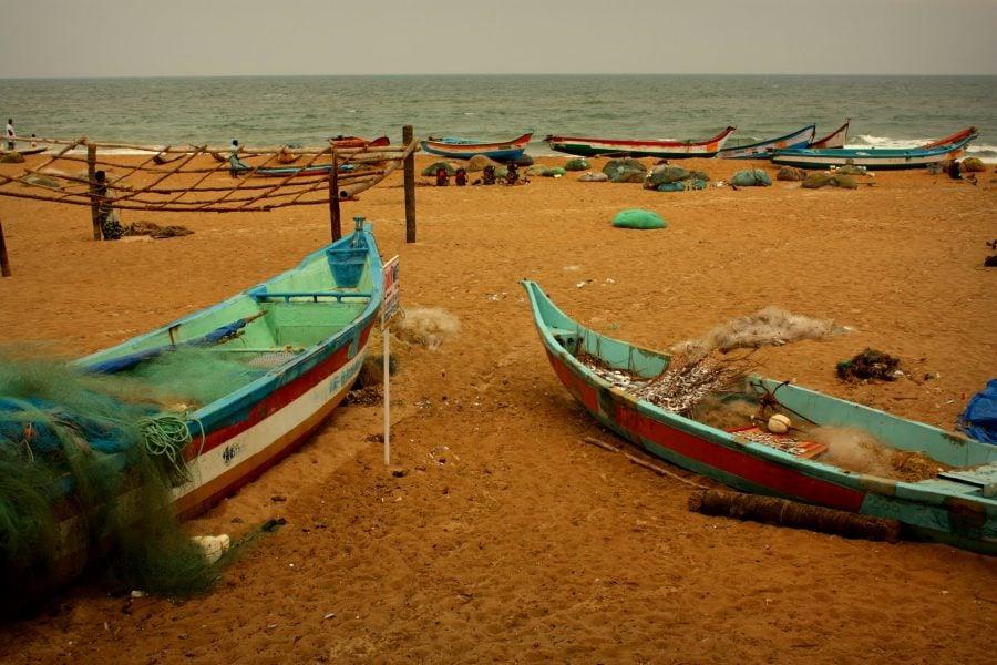 Plaja din Mamallapuram și bărci de pescari, vedere de la fereastra hotelului Tamil Nadu, India