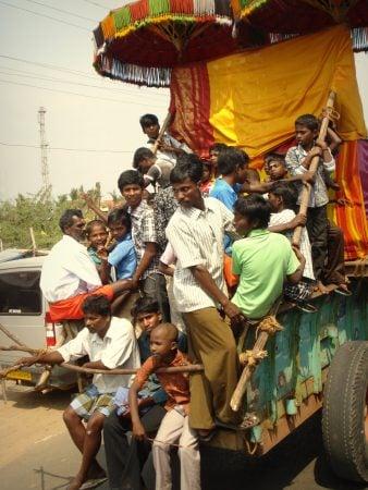 Aglomerație în drum spre Puducherry, procesiune indiană, Tamil Nadu, India