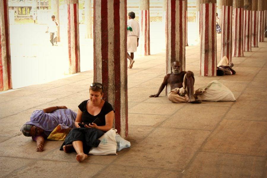 Relaxare în templul Nataraja, Chidambaram, Tamil Nadu, India