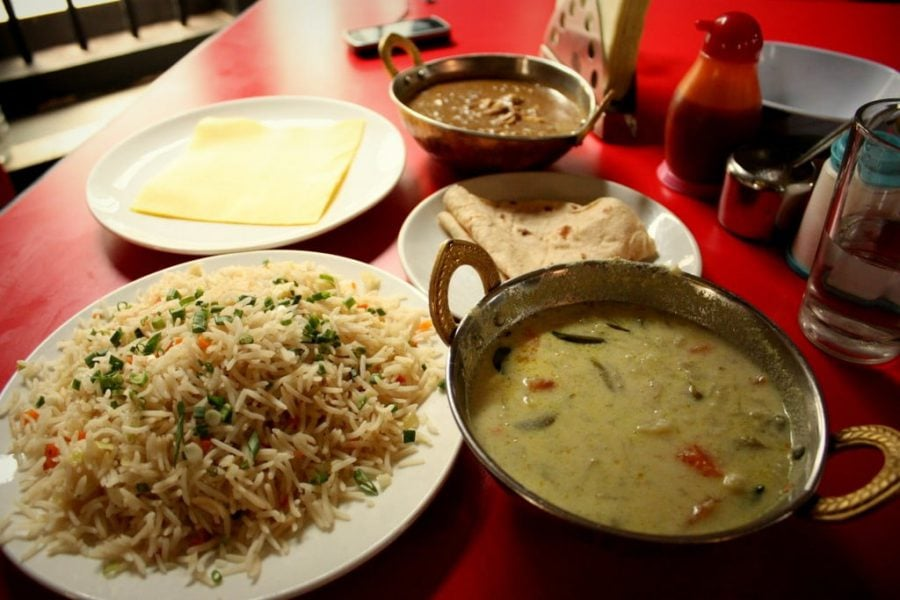 Paneer Korma (Kurma) si Vegetable Curry cu orez, plus chapatti, Tamil Nadu, India