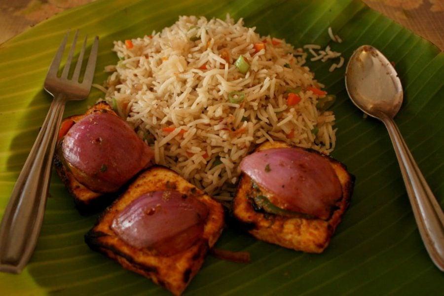 Paneer Tikka cu Vegetable Fried Rice pe frunza de banan