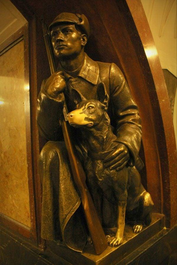 Freacă nasul câinelui în stația Ploschad Revolutsii, metrou Moscova