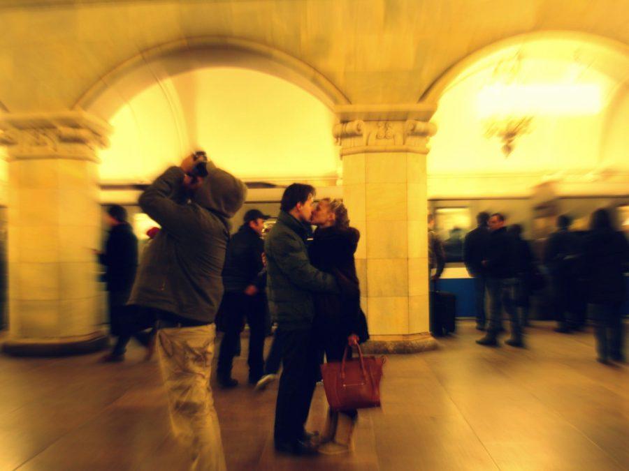 Îndrăgostiți în stația Komsomolskaya din metroul moscovit