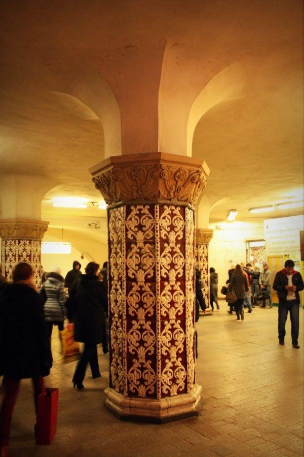 Oameni în stația Komsomolskaya, metroul din Moscova
