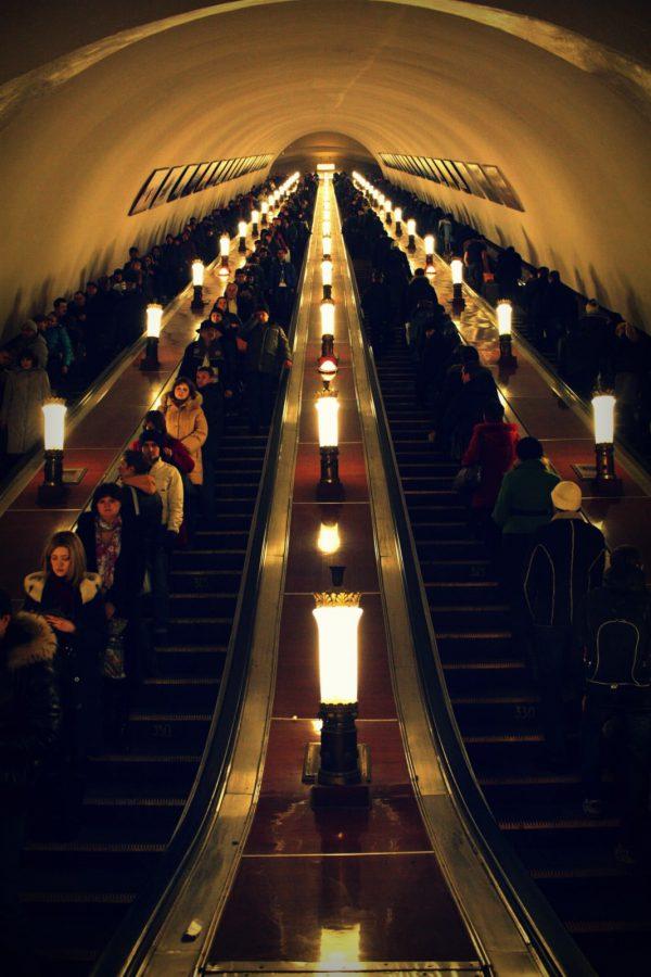 Oameni pe scări rulante - metroul din Moscova